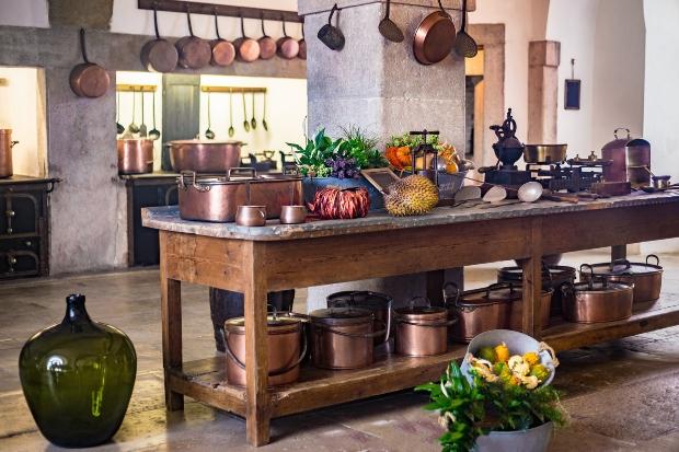 Eine Vintageküche mit Kupfertöpfen