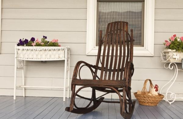 Schaukelstuhl auf der Veranda eines Landhauses Landhauswohnzimmer