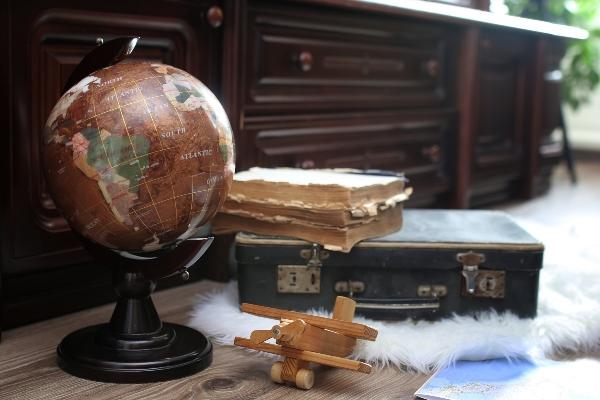 Vintage Globus mit altem Lederkoffer