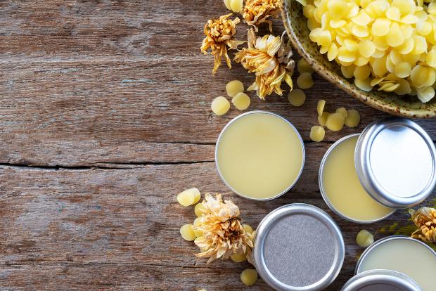 Diverse wachsbasierte Kosmetikprodukte aus Carnauba