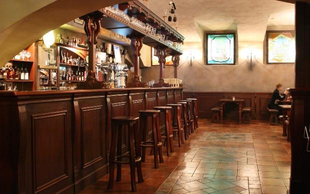 Bar mit Holzmöbeln für die Gastronomie