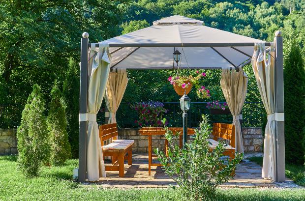 Gartenpavillon - Gartenpavillon gestalten mit Holzmöbeln