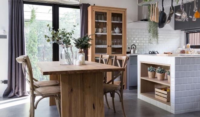 Moderner Esstisch mit Stühlen aus Holz