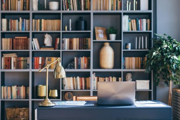 Gefülltes Bücherregal