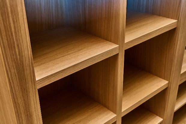 Regal aus Furnierholz - in der Regel handelt es sich aber um Echtholz