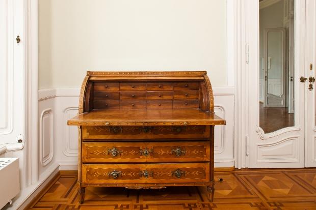 Antiker Schreibtisch mit heller Wand
