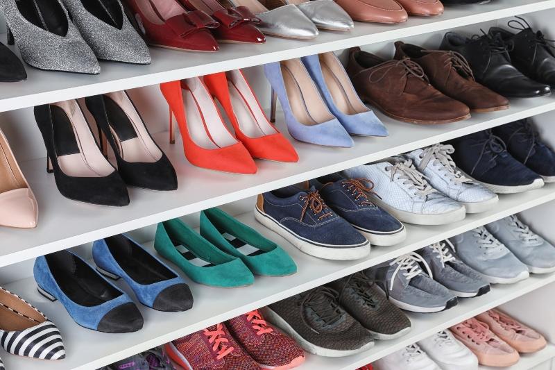 Regal mit verschiedenen Schuhen Schuhaufbewahrung