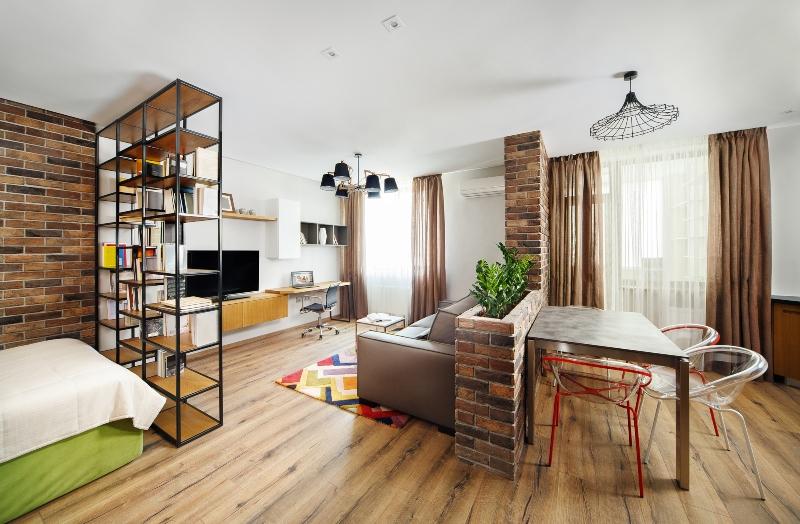 Studio-Apartment mit Buecherregal als Raumteiler