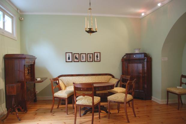 Wohnzimmer im Biedermeierstil um 1830