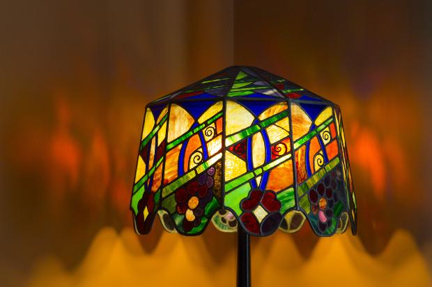 Ein Lampenschirm aus buntem Glas im Jugendstil