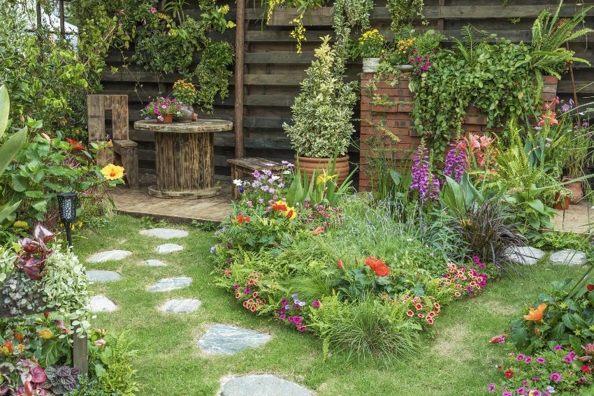 Garten mit Weg und Sitzecke - Gartenbeet dekorieren mit Accessoires