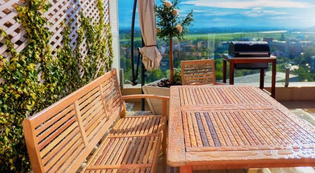 Gartentisch mit Gartenbank nach einem Regenschauer