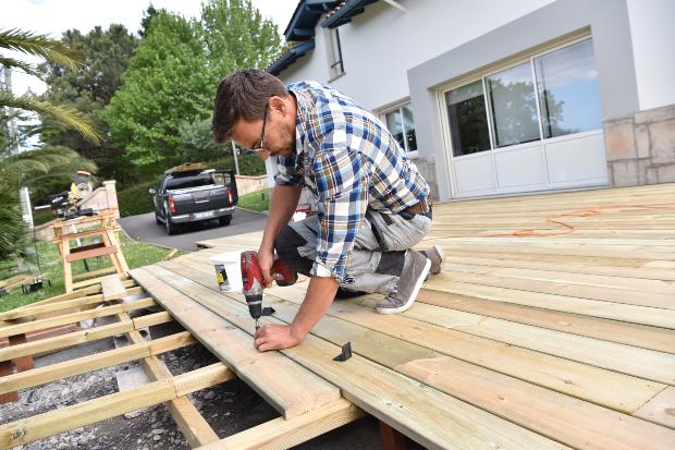 Handwerker baut Holzterrasse