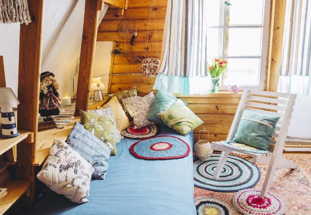 Inneneinrichtung, bunte kleine Teppiche, Kissen, Holzeinrichtung