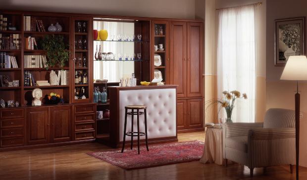 Eine Schrank-Regal-Kombination in einem weitläufig wirkendem Wohnzimmer