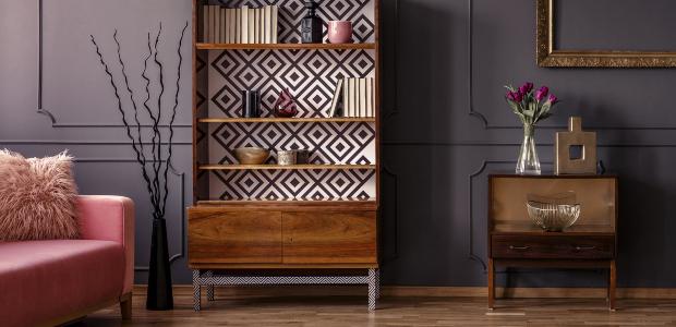 Eine Schrank-Regal-Kombination in einem weitläufig wirkenden Wohnzimmer, das im Vintage-Stil eingerichtet ist