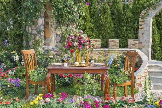 Gartenmöbel in mediterraner Umgebung mit typischer Steinbebauung