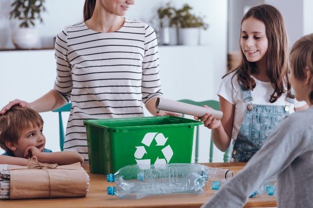 Junge Familie trennt Müll