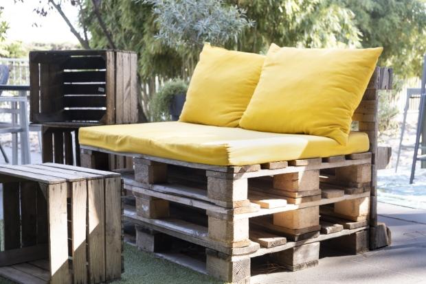 Sitzgelegenheit aus Holzpaletten und Polsterung - Downcycling, Upcycling, Recycling