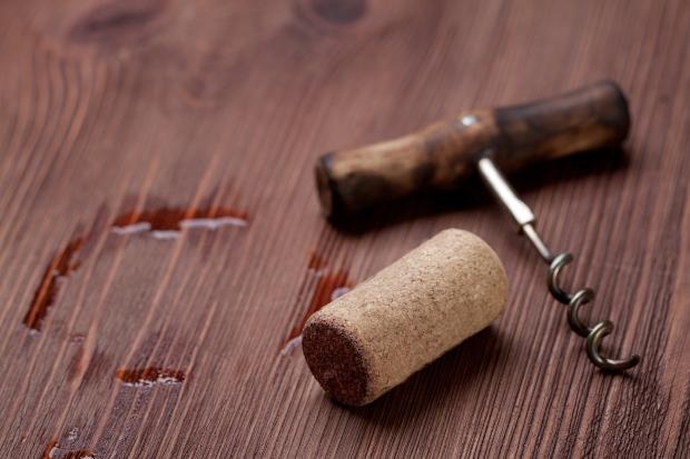 Rotweinfleck auf Holztisch - Rotweinflecken vom Holztisch entfernen