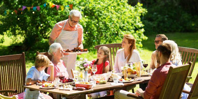 Grillparty mit der Familie - Gartenholztische