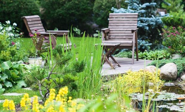 Garten mit Gartenmöbeln - Holz im Garten