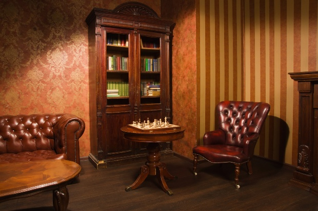 Vintage Inneneinrichtung mit Chesterfield Stühlen und Gründerzeit Bücherschrank - Nostalgiemöbel