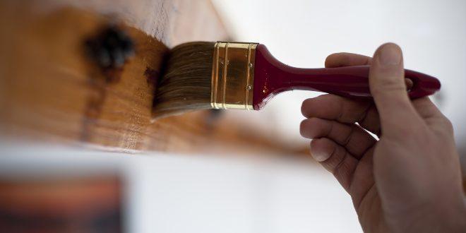 Pinsel streicht über Holz